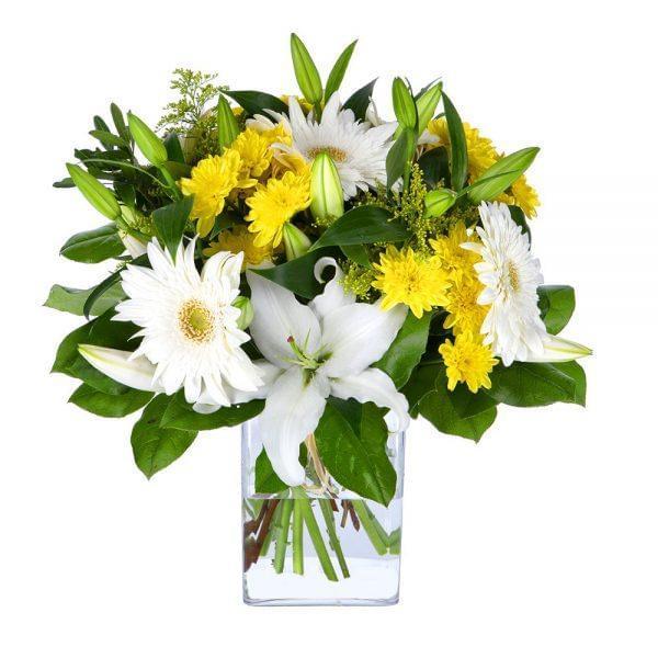 Buquê de flores branco e amarelo composto por gerberas brancas, margaridas amarelas e lilium branco