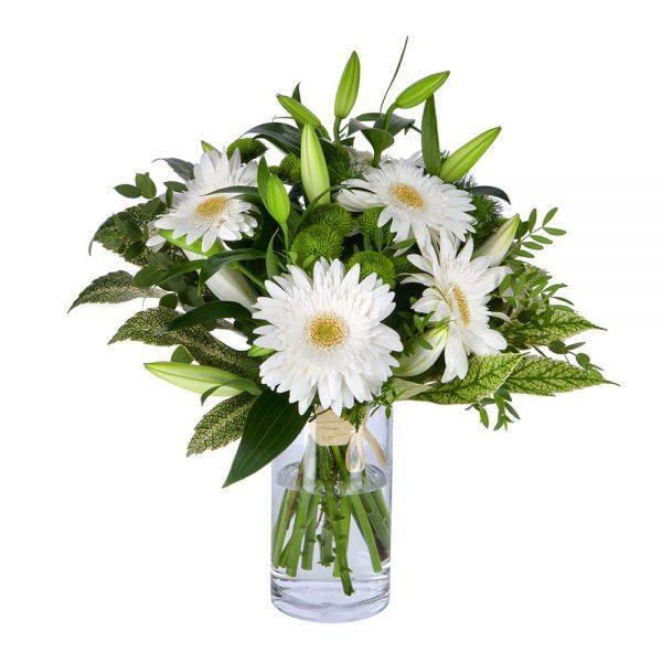 Buquê de flores com gerberas brancas, margaridas verde e lilium branco
