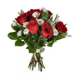 Buquê de rosas vermelhas e flores brancas