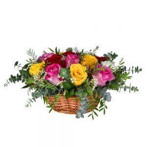 Cesta de rosas de várias cores