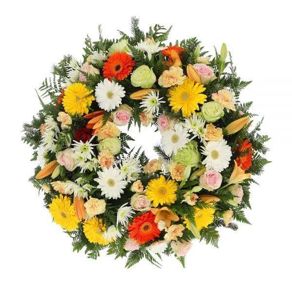 Coroa de flores em tons pastel